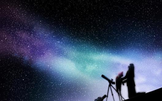 Обои Девушка держит куклу, стоя на коленях перед телескопом, на фоне ночного звездного неба