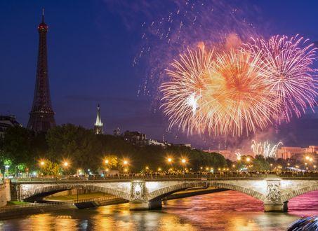 Обои Фейерверк в вечернем Париже