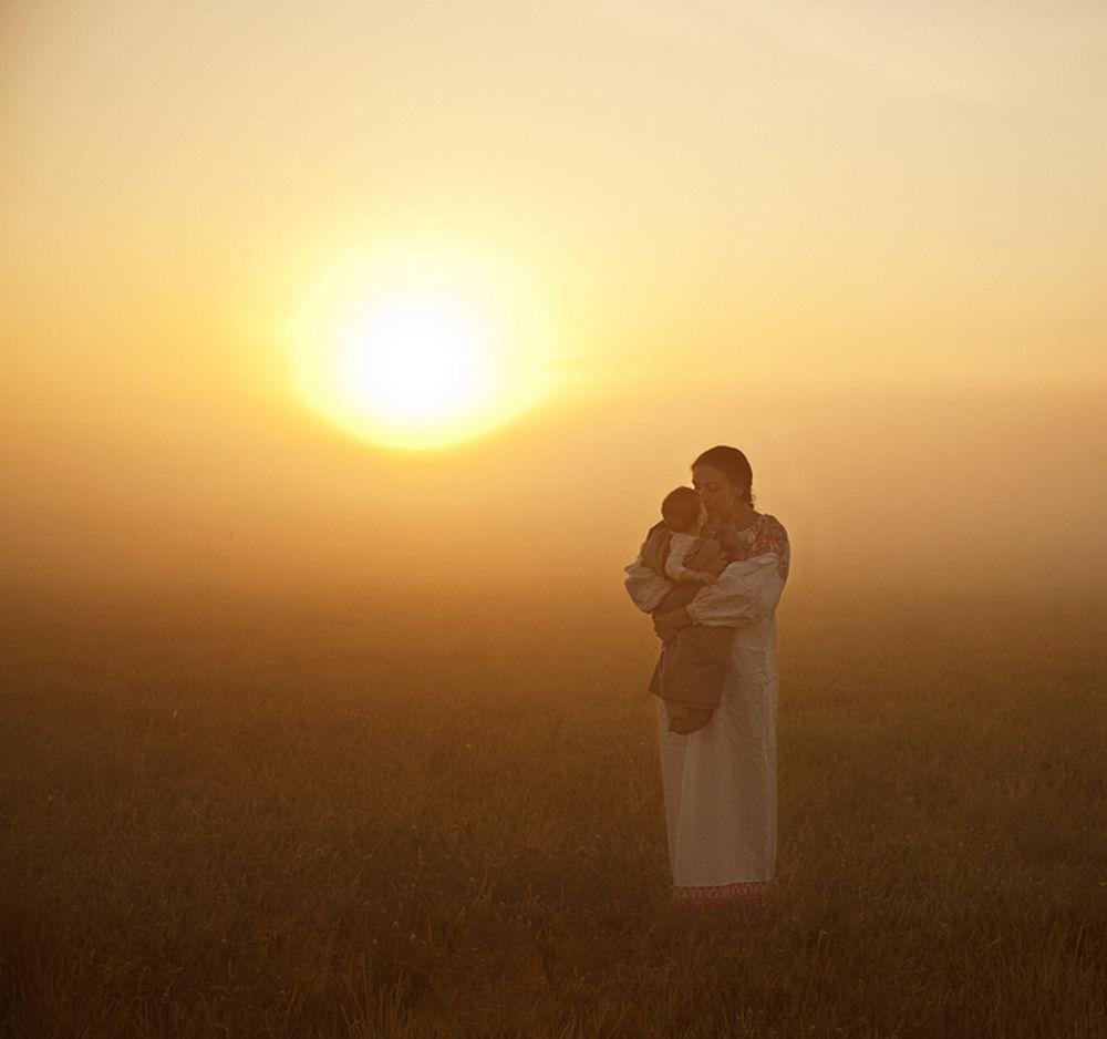 Картинки мама с ребенком на руках в лучах солнца, открытки