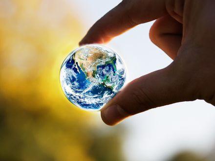 Обои Земной шар в руках человека