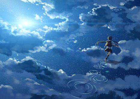 Обои Девочка бежит по воде, в которой отображаются небо, облака и луна, арт от Hanyijie