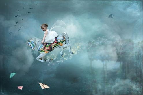 Обои Милая девочка в пышном белом платье с ангельскими крыльями за спиной, сидящая на деревянной лошадке, парящей в небе среди облаков, парящих птиц и летающих вокруг бумажных самолетиков