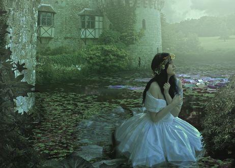 Обои Девушка в белом платье с венком на голове сидит в болоте рядом с замком, фото-арт by LaraGirlySkull