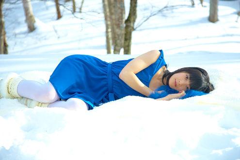 Обои Японская певица. участница айдол-группы Berryz Koubou, Тсугунага Момоко / Tsugunaga Momoko лежит на снегу в синем платье