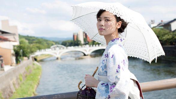 Обои Японская певица, участница айдол-группы C-ute, Яджима Майми / Yajima Maimi стоит на мосту в светлой юката и держит в руках зонт