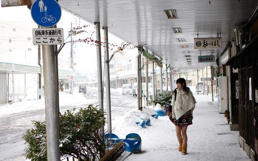 Обои Японская певица, участница айдол-группы C-ute, Судзуки Айри / Suzuki Airi идет под навесом и смотрит в сторону