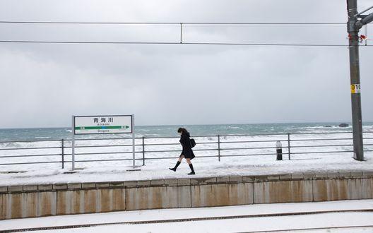 Обои Японская певица, участница группы C-ute, Судзуки Айри / Suzuki AIri идет по зимней набережной, одетая в школьную форму