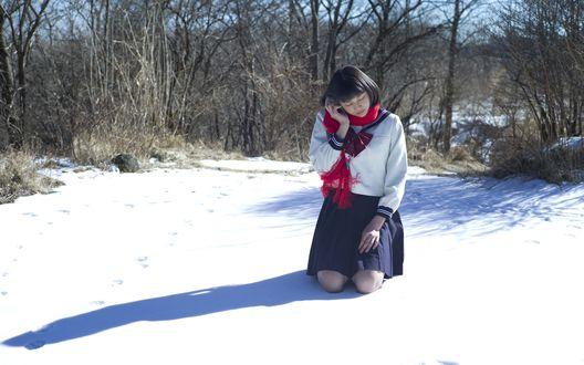 Обои Японская певица, участница группы S / mileage, Вада Аяка / Wada Ayaka сидит на снегу, одетая в школьную форму