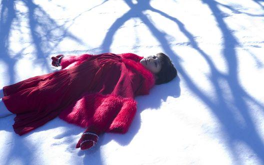 Обои Японская певица, участница группы S / mileage, Вада Аяка / Wada Ayaka лежит на снегу в красной одежде