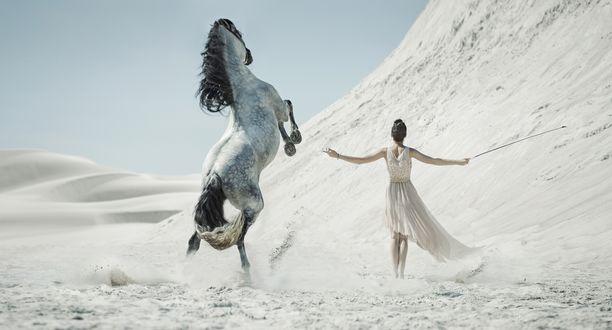 Обои Девушка, расправив руки, и лошадь в яблоках посреди пустыни, фотограф Konrad Bak