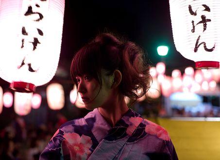 Обои Японская певица, участница группы C-ute, Судзуки Айри / Suzuki Airi, одетая в синее юката, стоит у китайских фонарей