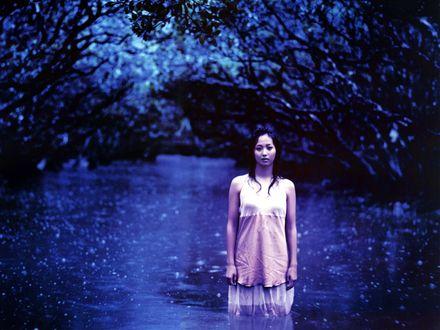 Обои Японская певица, участница Morning Musume, Фуджимото Мики / Fujimoto Miki стоит в воде ночью