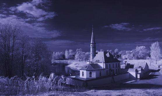 Обои Архитектурный ансамбль, состоящий из башни и каменных домов, стоящих на берегу водоема с берегами, покрытыми густыми деревьями на фоне неба с белыми, кучевыми облаками, фотография выполнена при помощи инфракрасного объектива, автор zapravka2
