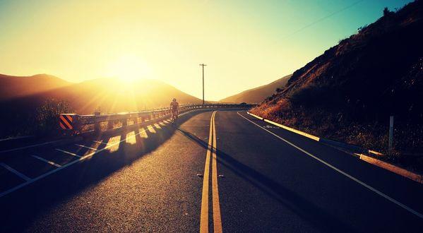 Обои Велосипедист едет по дороге