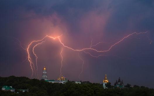Обои Разряды молний в грозовом небе над Киево-Печерской лаврой, Украина / Kiev-Pechersk Lavra, Ukraine