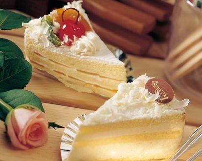 Обои Два пирожных с розой