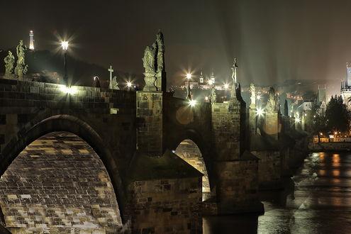 Обои Один из красивейших мостов в Европе- Карловый мост, Прага, Чехия / Charles bridge, Prague, Czech Republic, освещенный ночными фонарями