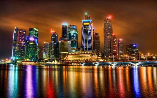 Обои Блеск огней ночных улиц и неоновых реклам, подсветка небоскребов и мостов острова Пулау Уджонг / Pulau Ujong, отражаются разноцветной палитрой на водной глади Сингапурского пролива / Singapore Strait, Республика Сингапур / Republic of Singapore