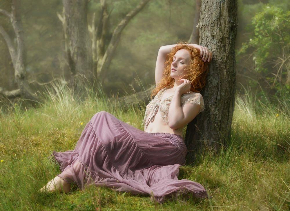 Девушка сидит рыжеволосая фото 385-475