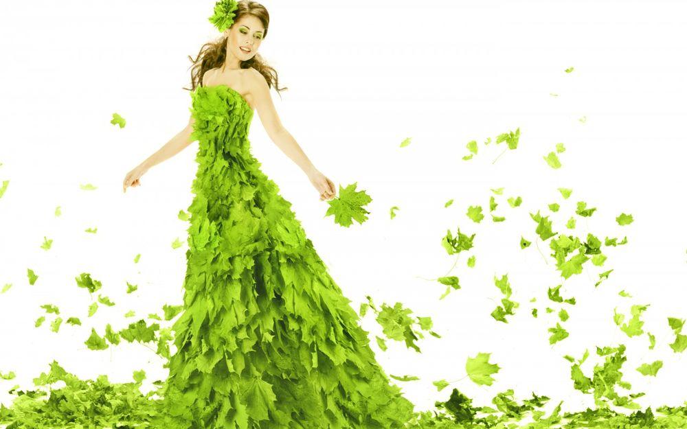 Девушка в платье летит на