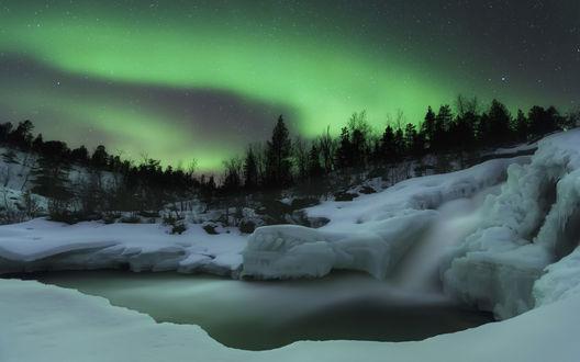 Обои Северное сияние в ночном небе над заснеженным водоемом