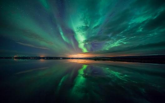 Обои Северное сияние в ночном небе над водоемом