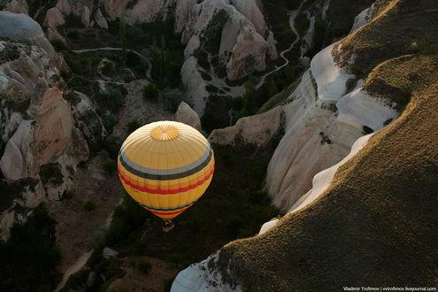 Обои Разноцветный воздушный шар, парящий над горным ущельем, автор Владимир Трофимов