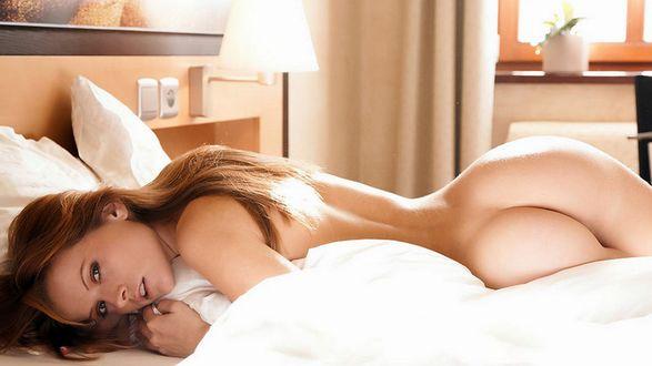 Девушка голая в постели фото