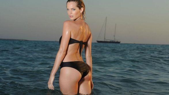 Обои Актриса Лиз Солари / Liz Solari. на фоне моря и яхты