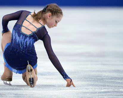 Обои Фигуристка Юлия Липницкая рисует на льду