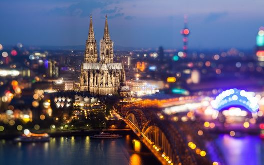 Обои Мост Гогенцоллернов / Hohenzollern Bridge через реку Рейн / Rhine и Кельнский собор / Cologne Cathedral ночью, Кельн, Германия / Cologne, German