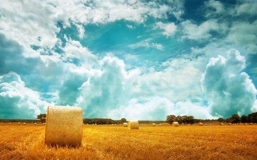 Обои Стог сена под голубым небом