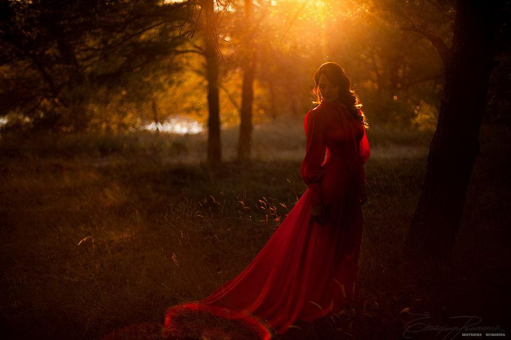 Фото девушки стоящей на дереве возле моря в белом платье фото 562-458