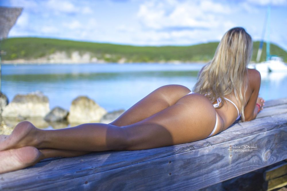 Девушка загорает в купальнике фото 759-384