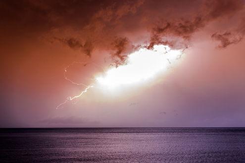 Обои Молнии и ослепительная вспышка в грозовом небе над морем