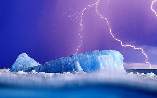 Обои Молния бьет в глыбу льда, плывущую по морю на фоне неба