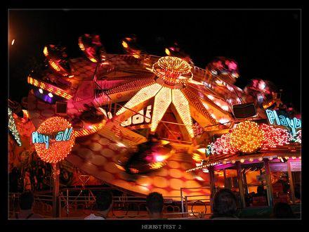 Обои Парк аттракционов, на переднем плане, сверкающими разноцветными огнями, огромная карусель на фестивале в Мюнхене, Германия / Munich, Germany (herbst fest 2)