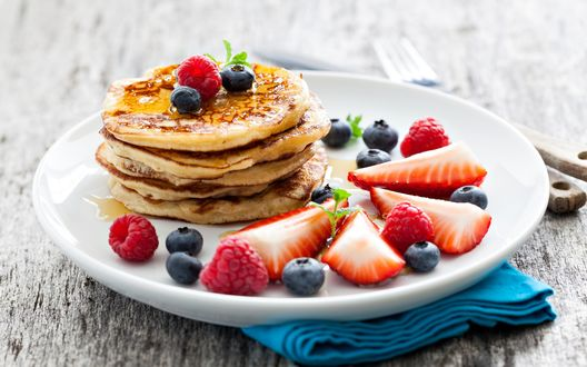 Обои Оладьи с ягодами на белой тарелке