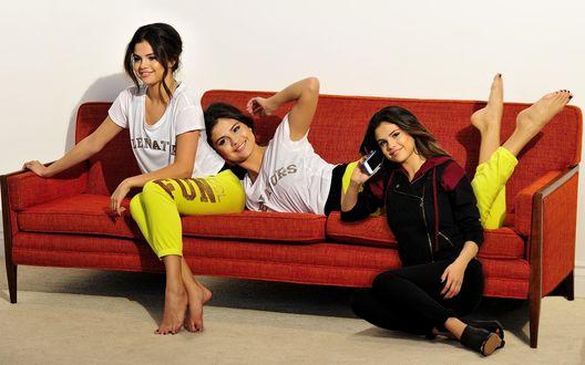 Обои Селена Мари Гомес / Selena Marie Gomez, американская актриса кино, телевидения и озвучивания, певица, композитор, изображена в трех измерениях, сидит на полу возле дивана, сидит и лежит на диване