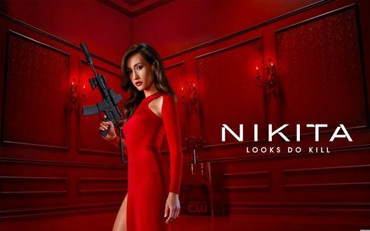 Обои Девушка в красном длинном платье с глубоким разрезом, с автоматом в руке, на рекламе компьютерной игры NIKITA / НИКИТА