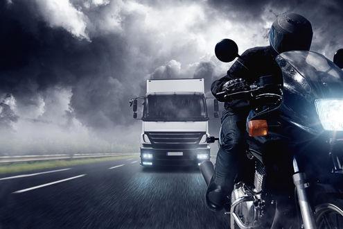 Обои Мотоциклист, едущий в пасмурную погоду по дороге и грузовик едущий позади