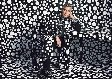 Обои Джордж Тимоти Клуни (англ. George Timothy Clooney; американский актер, режиссер, продюсер и сценарист сидит в пятнистой одежде и обуви, на фоне пятнистой мебели, стены, полностью сливаясь с фоном