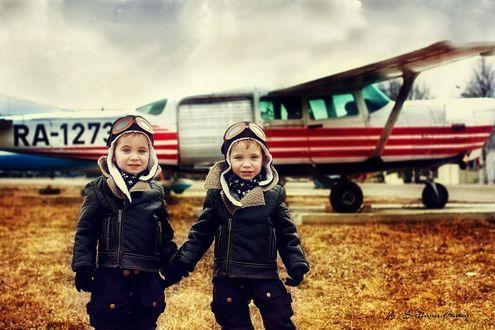 Обои Маленькие летчики стоят на фоне самолета, фотограф