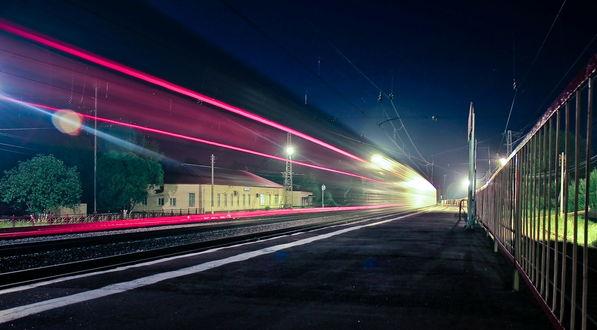 Обои Пассажирский поезд, проходящий на огромной скорости мимо пассажирской станции на фоне ночного, звездного неба, автор Сергей Зимин