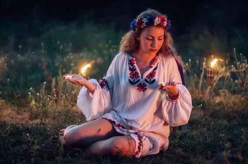 Обои Девушка, празднующая народный праздник Ивана Купала с венком из цветов на голове, держащая в руках зажженные свечи, автор Scorpio (Игорь Мелекесцев)