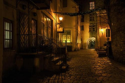 Обои Узкие, мощеные улочки старого Таллина, Эстония / Tallinn, Estonia, освещенные ярким светом уличных фонарей ночью, автор Scorpio (Игорь Мелекесцев)
