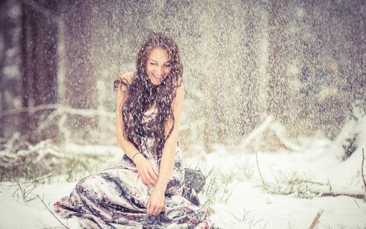 Обои Девушка в летнем платье сидит под снегопадом