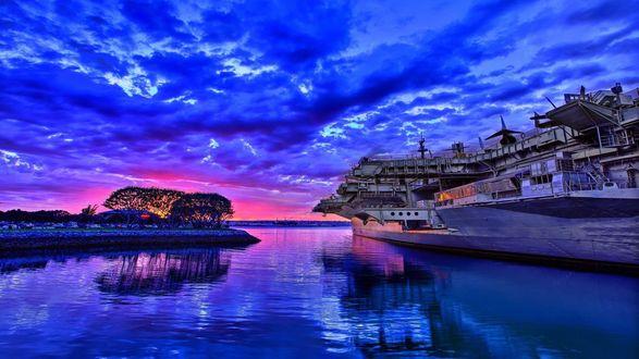 Обои Пассажирский, речной пароход идущий по реке на фоне заката на вечернем небосклоне с ярко-синими перистыми облаками