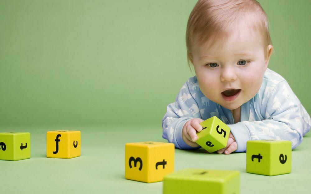 Обои Малыш играет в кубики на рабочий стол