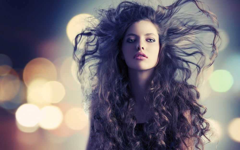 Девушка с развевающимися волосами картинки